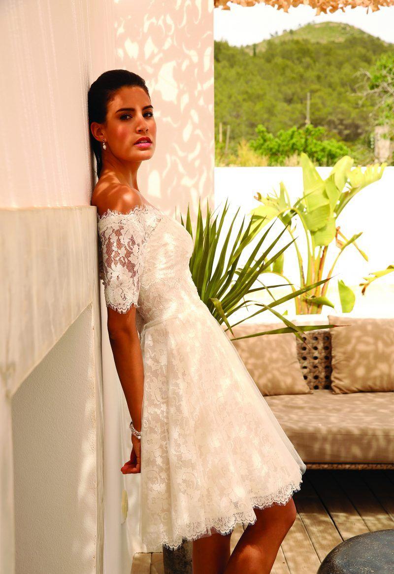 The lightbox wedding dresses  Klassieke aparte of korte trouwjurken met open rug Bij Assepoester