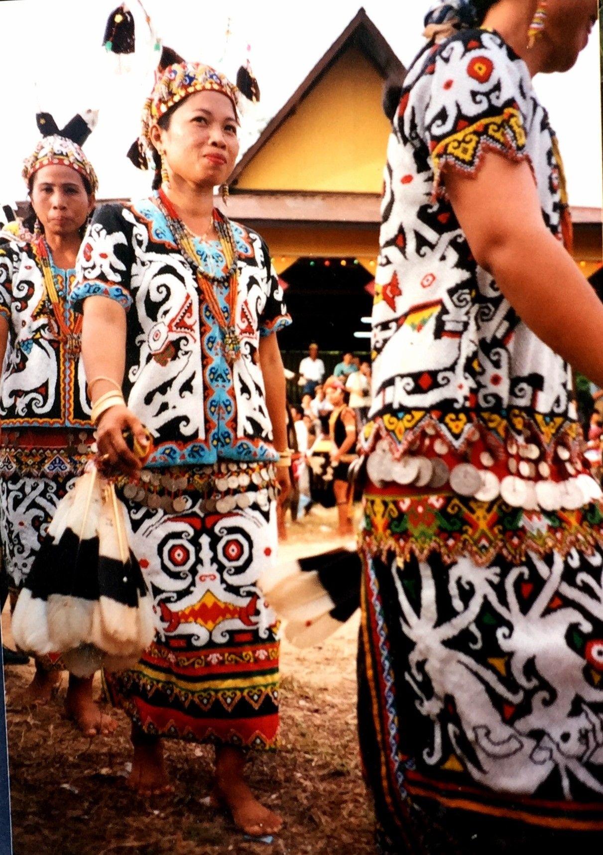 Gambar Pakaian Adat Suku Dayak Kalimantan