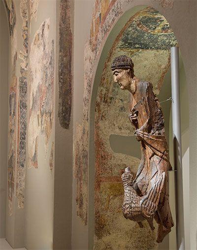 Una recientemente restaurada talla románica de san Juan Evangelista, se puede contemplar hasta febrero de 2016 en el MNAC: http://www.guiarte.com/noticias/san-juan-evangelista-mnac15.html