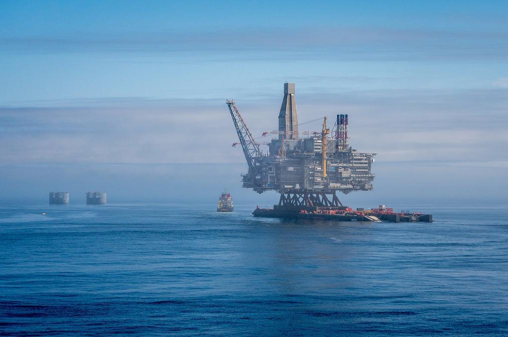 Rosneft Exxonmobil Install Berkut Platform Offshore Sakhalin Island Sakhalin Island Oil Platform Offshore
