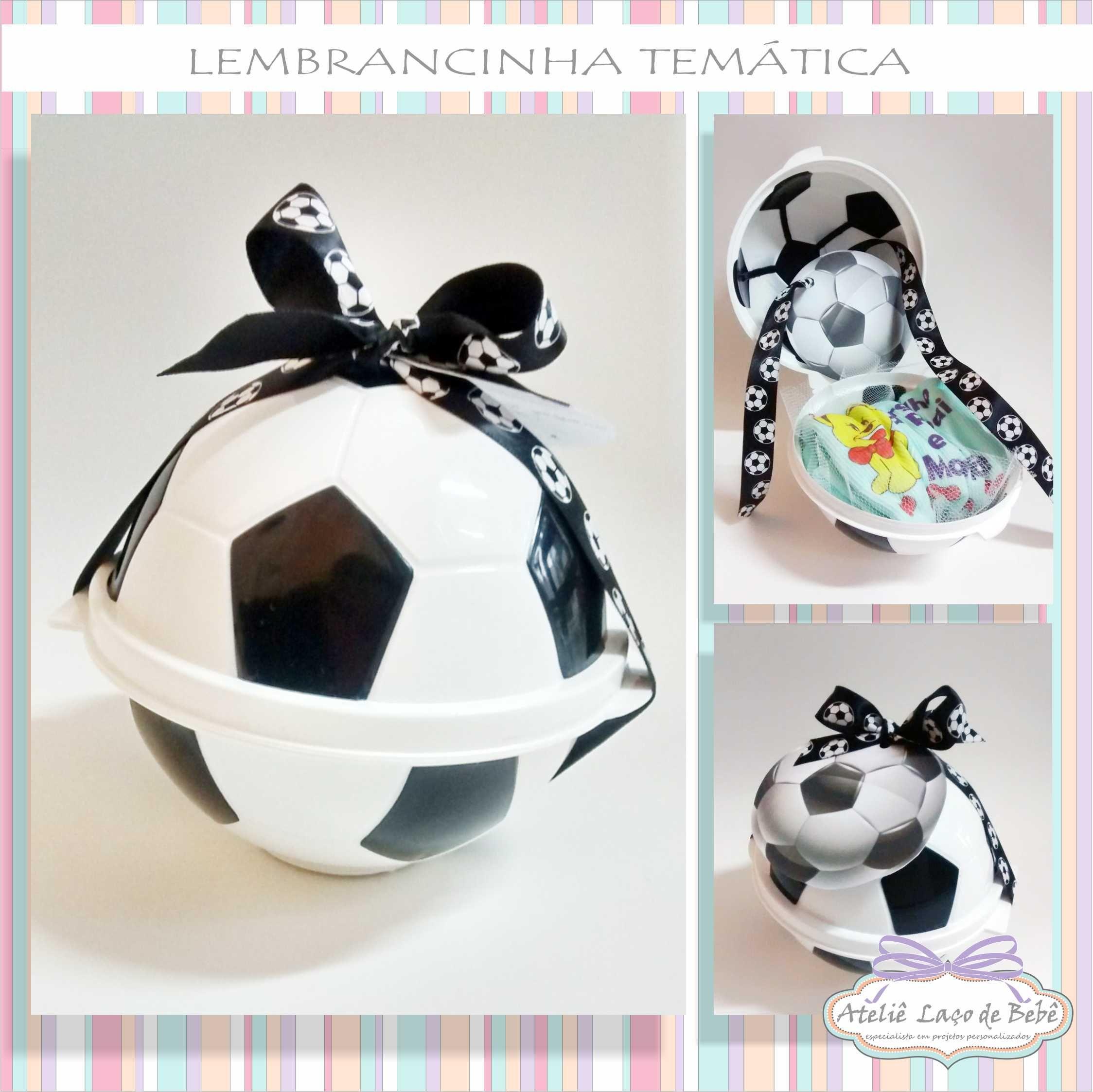 585caf01c LEMBRANCINHA TEMÁTICA- FESTINHA TEMA FUTEBOL Embalagem de bola de futebol  com uma delicada camisetinha infantil para os pequenos e finalizada com um  laço e ...
