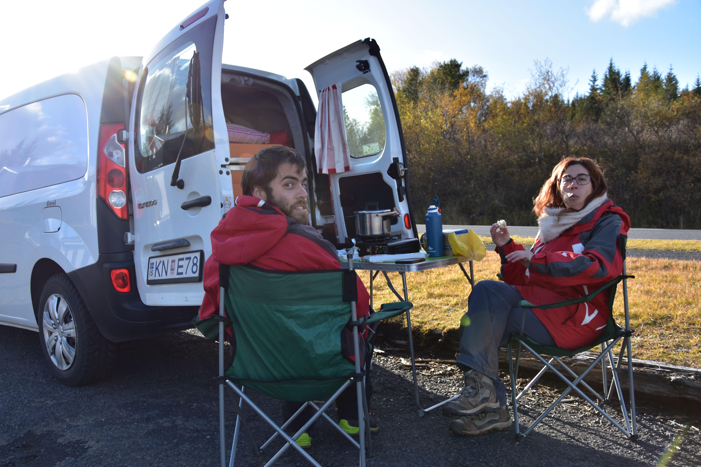 Comiendo cerca de Geysir, junto a la camper Van