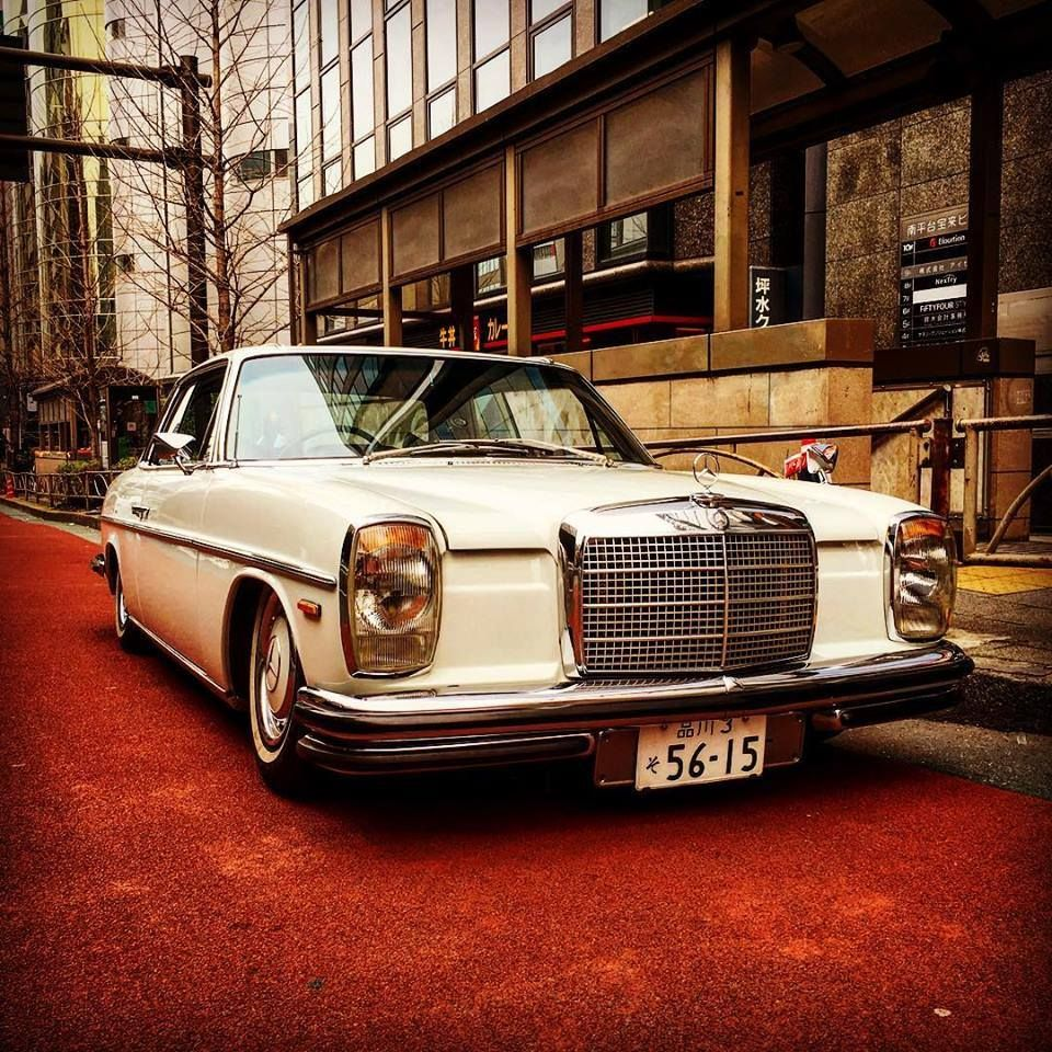 Mercedes Benz W114 riding on air in Tokyo - so clean!