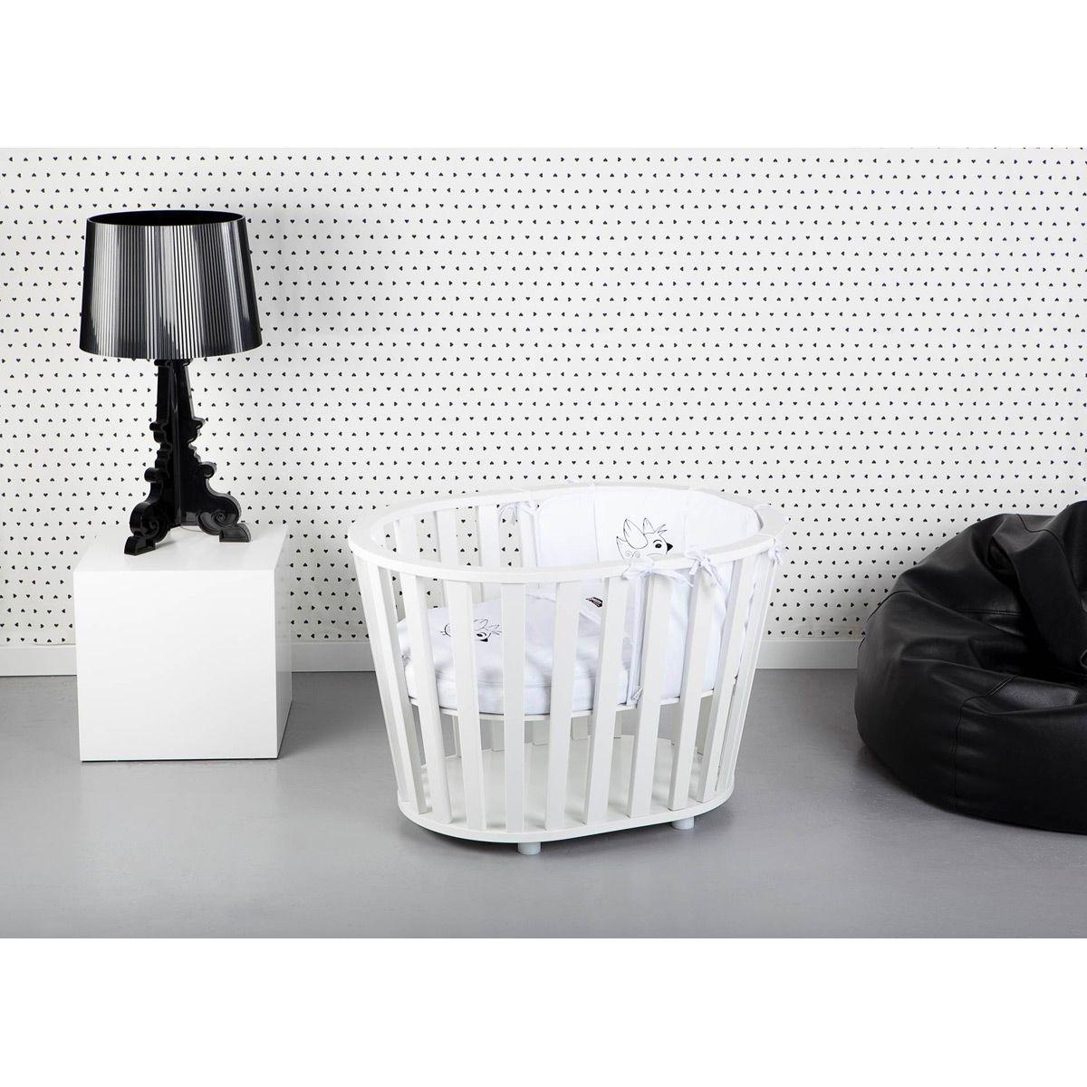 Un berceau intemporel aux lignes harmonieuses pour acompagner les premiers jours de votre bébé.