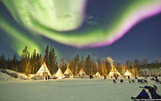 Aurora boreal cria show de luzes no Canadá