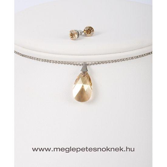 Gyönyörű, exkluzív Swarovski kristályos nyaklánc és fülbevaló szett.  A bedugós fülbevaló 1-1 db kb 6 mm-es arany színű kristályt tartalmaz. A nyaklánc medálja csepp alakú 1 db arany színű kb 22 mm nagyságú kristályt tartalmaz. A medál és a fülbevaló nemesacél foglalatban található.