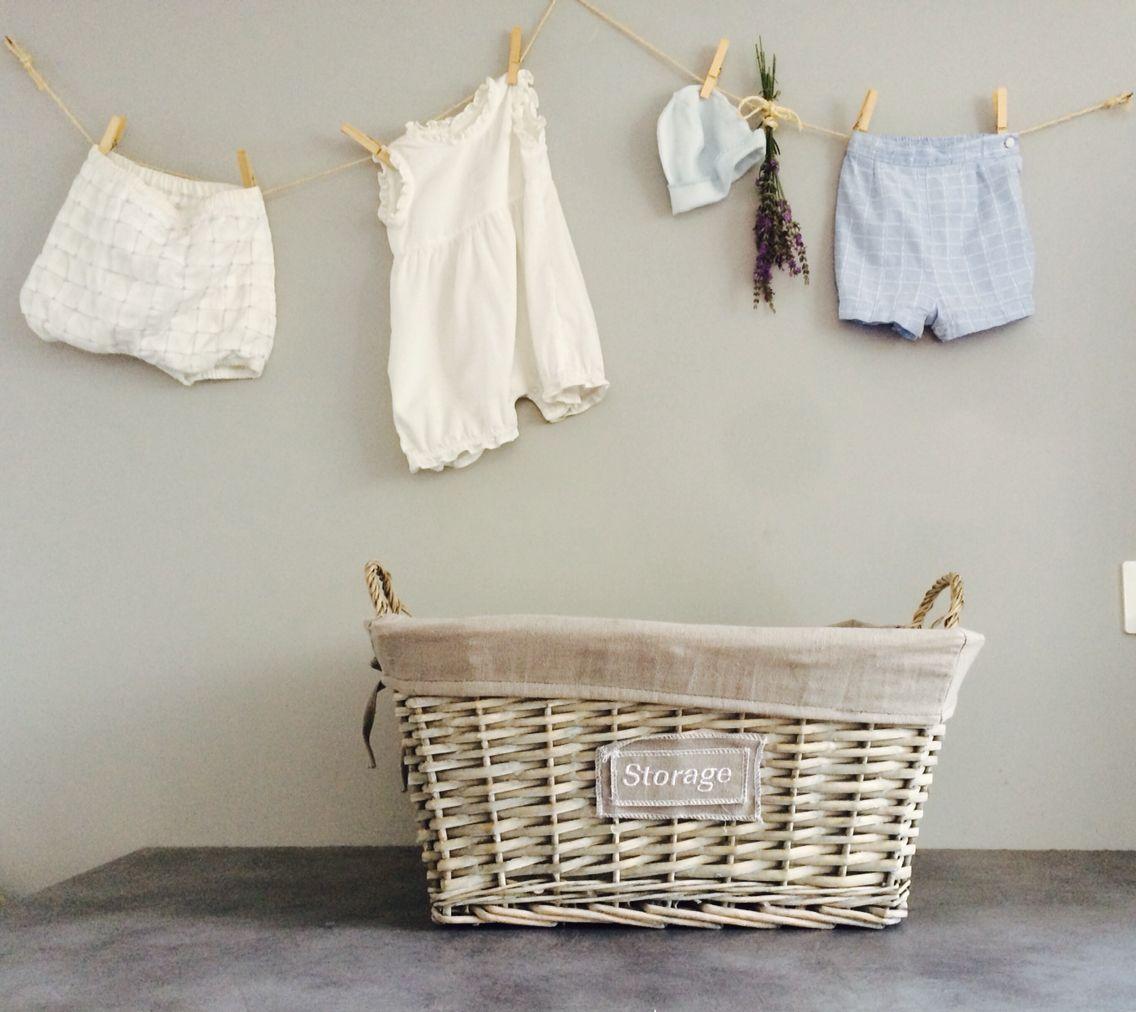 Idée déco lingerie  Pour ne pas vous séparer de certain vêtement de vos enfants. Cordelette et épingles en bois décorez vos murs