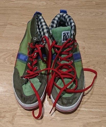 09a73eab88cf0d Schöne Sneaker in grün-lila mit roten Schnürsenkeln und kariertem  Innenfutter der Marke STRIIPE.
