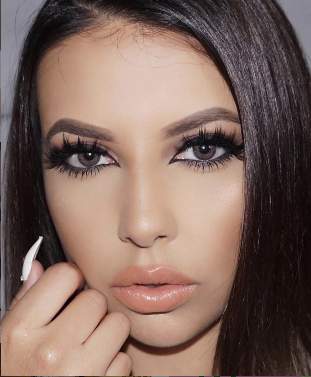 lovelilyxo wearing Air Optix Colors contact lenses in the