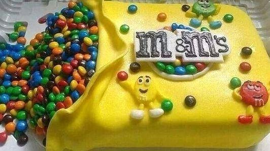 Precisando de uma ideia divertida para o aniversário dos pimpolhos?! Olha que bacana esse bolo tema M&M's !!! Divertido e deliciosooooo....nham nham nham... #festainfantil #temadefestaintantil #temam&ms #m&ms #bolodeaniversário #aniversárioinfantil #inspiração