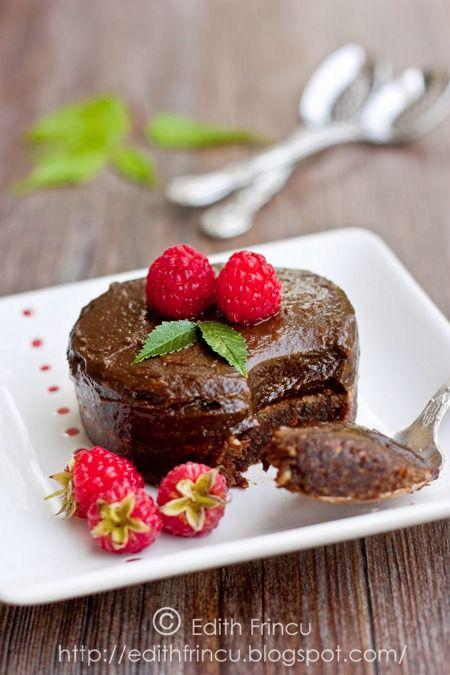 Raw chocolate tart with raspberries - no baking, no sugar, no flour, no butter. All healthy! Recipe here: http://edithfrincu.blogspot.com/2011/08/tarta-cu-ciocolata-fara-foc.html {Translator below on the left}