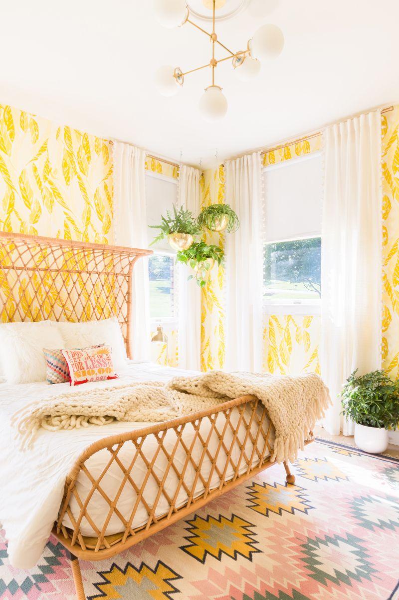 Sonniges Boho Schlafzimmer mit gelber Tapete und Rattan Bett ...