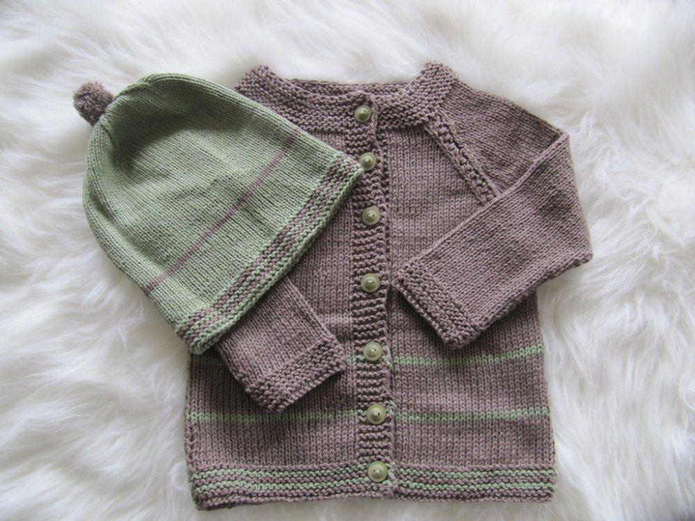 Handgestrickte Babymuetze und -Strickjacke EL-Babymode
