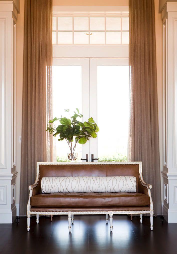 Leather settee interiores decoracion de muebles - Accesorios para decoracion de interiores ...