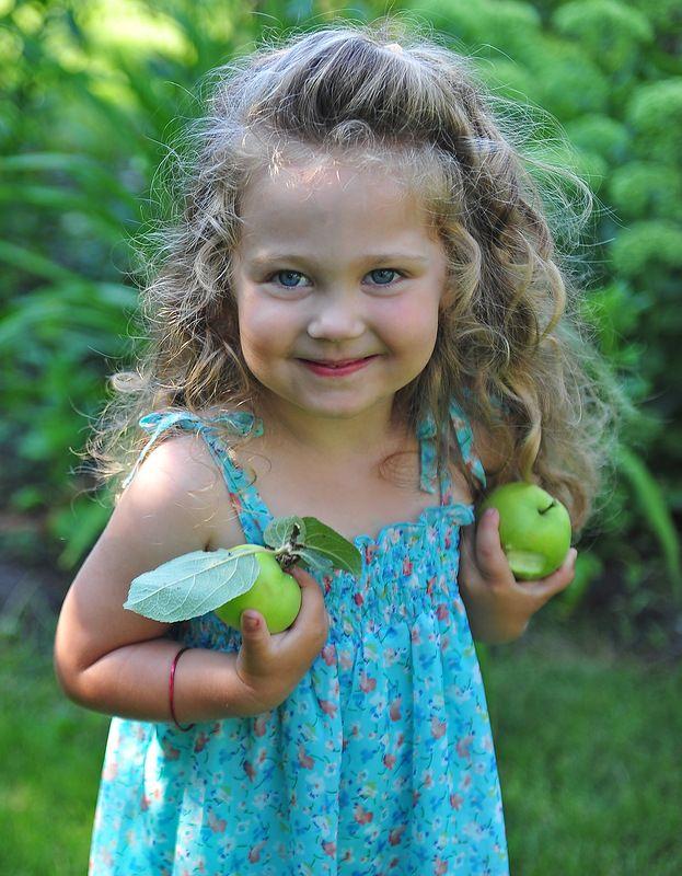 Красивые детей с яблоками 88