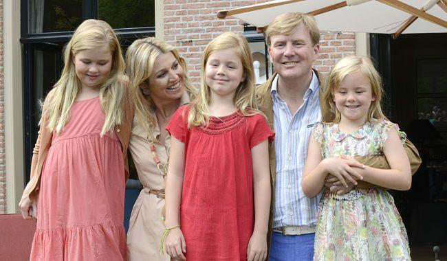 het koninklijk gezin, poserend tijdens de jaarlijkse zomerfotosessie (Eikenhorst 2013)