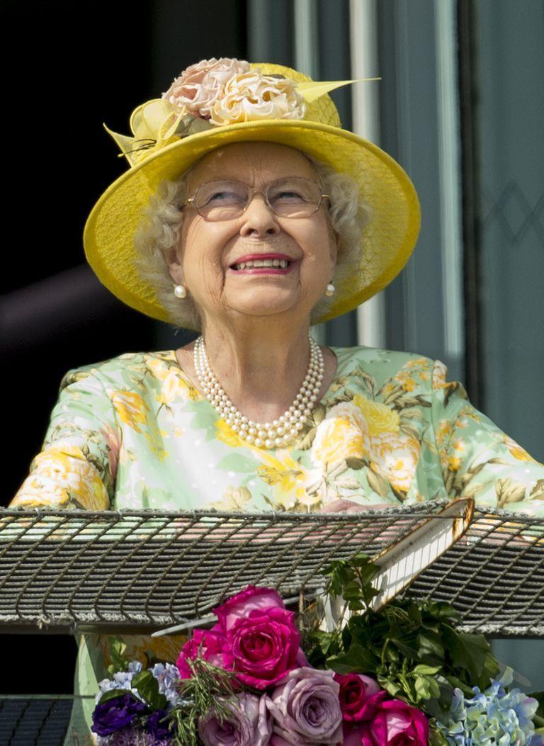 Photos Queen Elizabeth S Fresh Floral Style Over The Years Queen Outfit Queen Elizabeth Floral Blue Dress [ 1053 x 768 Pixel ]