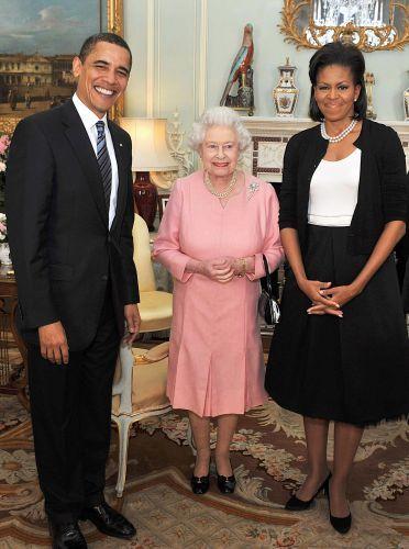 Em encontro com a rainha da Inglaterra, Michelle Obama usa um vestido clássico branco e preto assinado por Isabel Toledo e um cardigan preto básico de Azzedine Alaia. Ela complementou com o cabelo preso em meio-rabo e um colar de pérolas. Na ocasião, a imprensa atacou a escolha da primeira-dama, por julgar a produção simples demais para uma ocasião tão solene (01/04/2009)