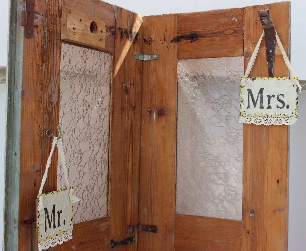 Use old doors at your wedding setting for original rustic charm!