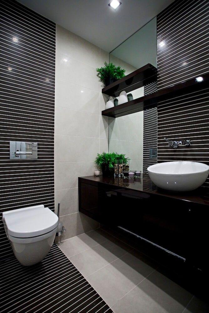 Dieses Bad rockt in schwarz. Das komplizierte schwarzen Streifenmuster mit kleine graue Lücken und dunklen Granit Eitelkeit sind großartig.