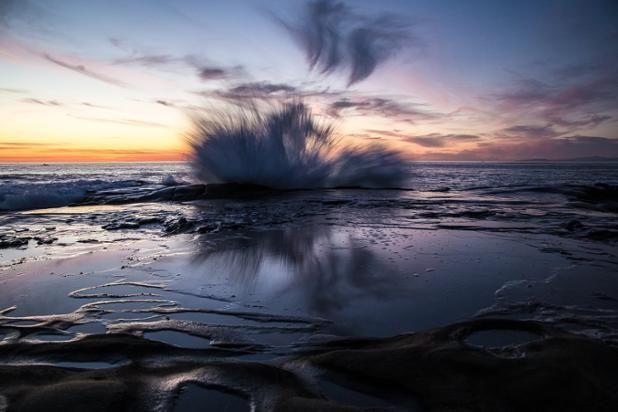 Una ola golpea una roca creando un maravilloso efecto visual (Nayan Behera, 2016)