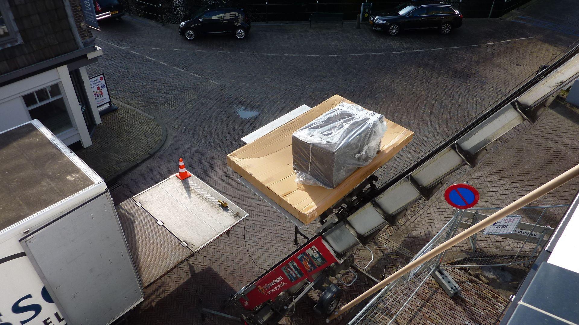 Nadat de vloer en de wanden zijn gedaan kunnen de meubels erin! Dit werd gedaan met een speciale verhuislift.