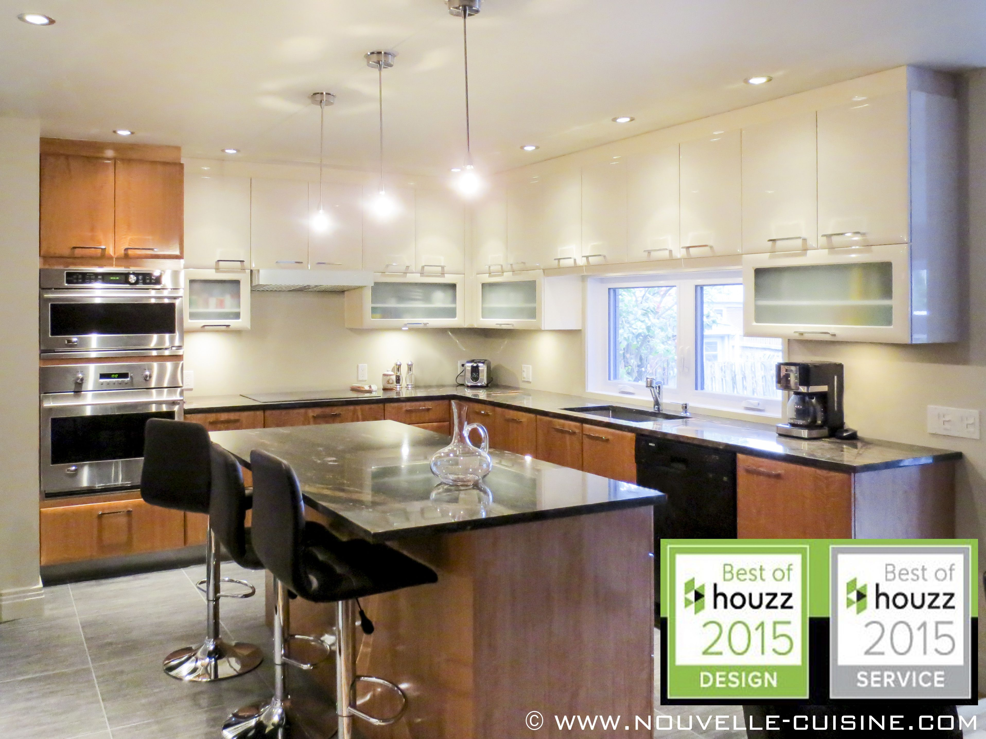 Quartz Countertops And Polymer Cabinets Can Be Found In This Modern Kitchen Comptoirs En Quartz Et Armoires En Polymere Peuvent Etre Sweet Home Kitchen Home