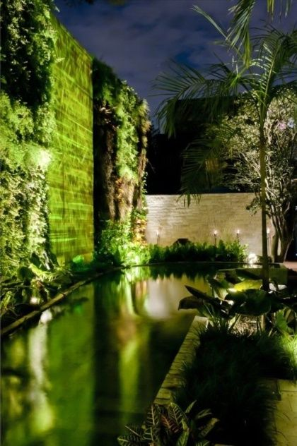 Durante a noite, a iluminação proporciona novas cores e texturas ao espelho d?água de Alex Hanazaki