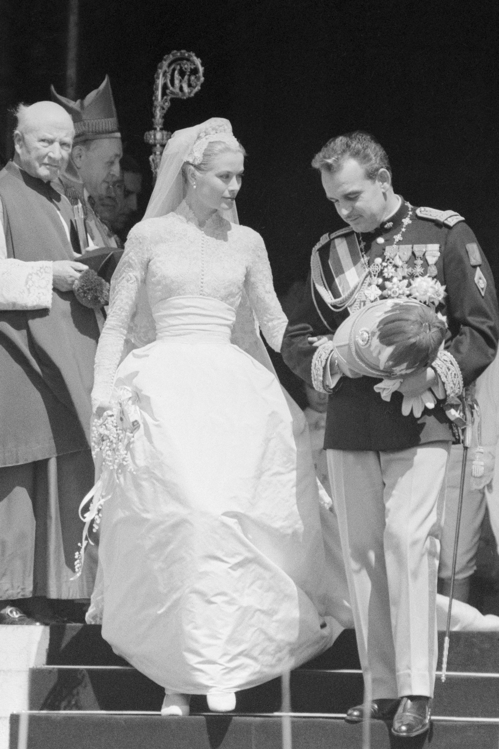 10 Hidden Details You Didn T Know About Grace Kelly S Wedding Dress Grace Kelly Wedding Dress Grace Kelly Wedding Princess Grace Wedding Dress [ 2400 x 1600 Pixel ]