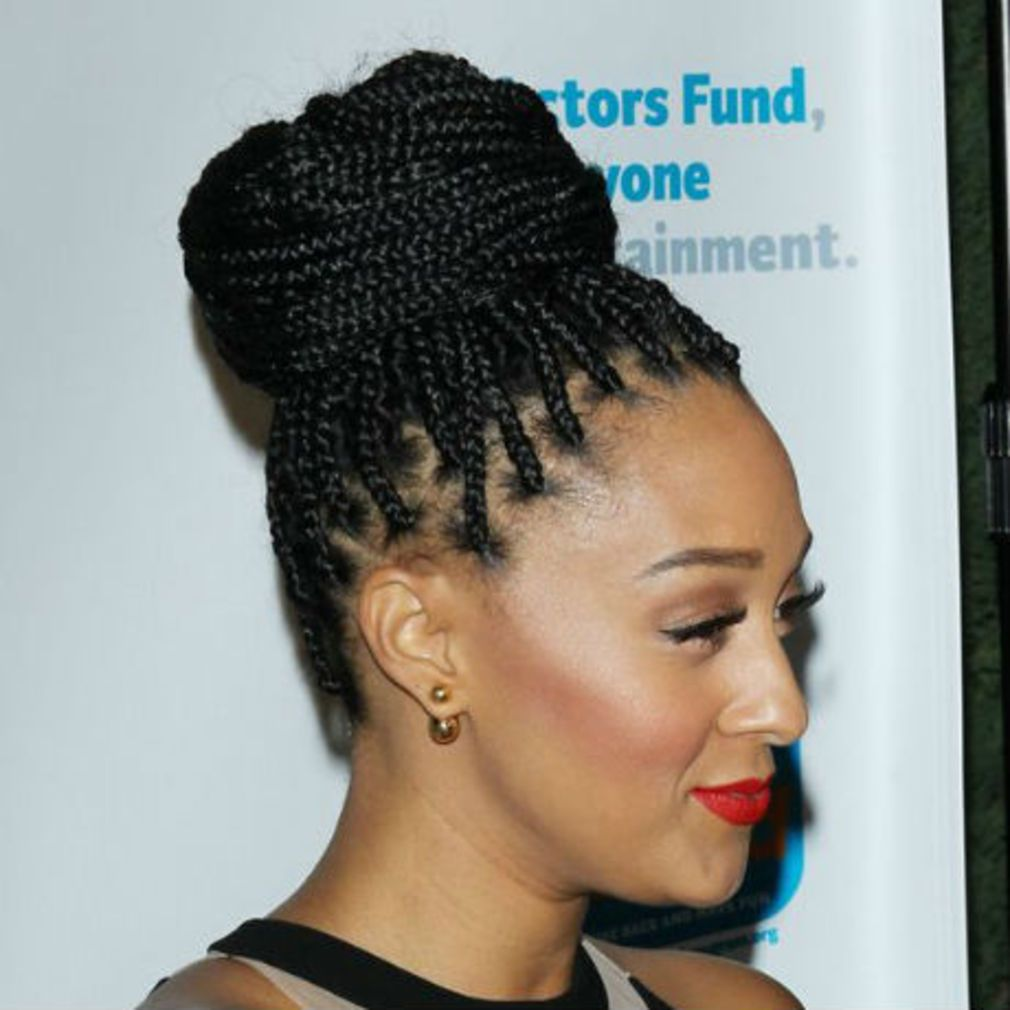 Le Chignon Avec Tresses Africaines African Braids Hair Hair Styles