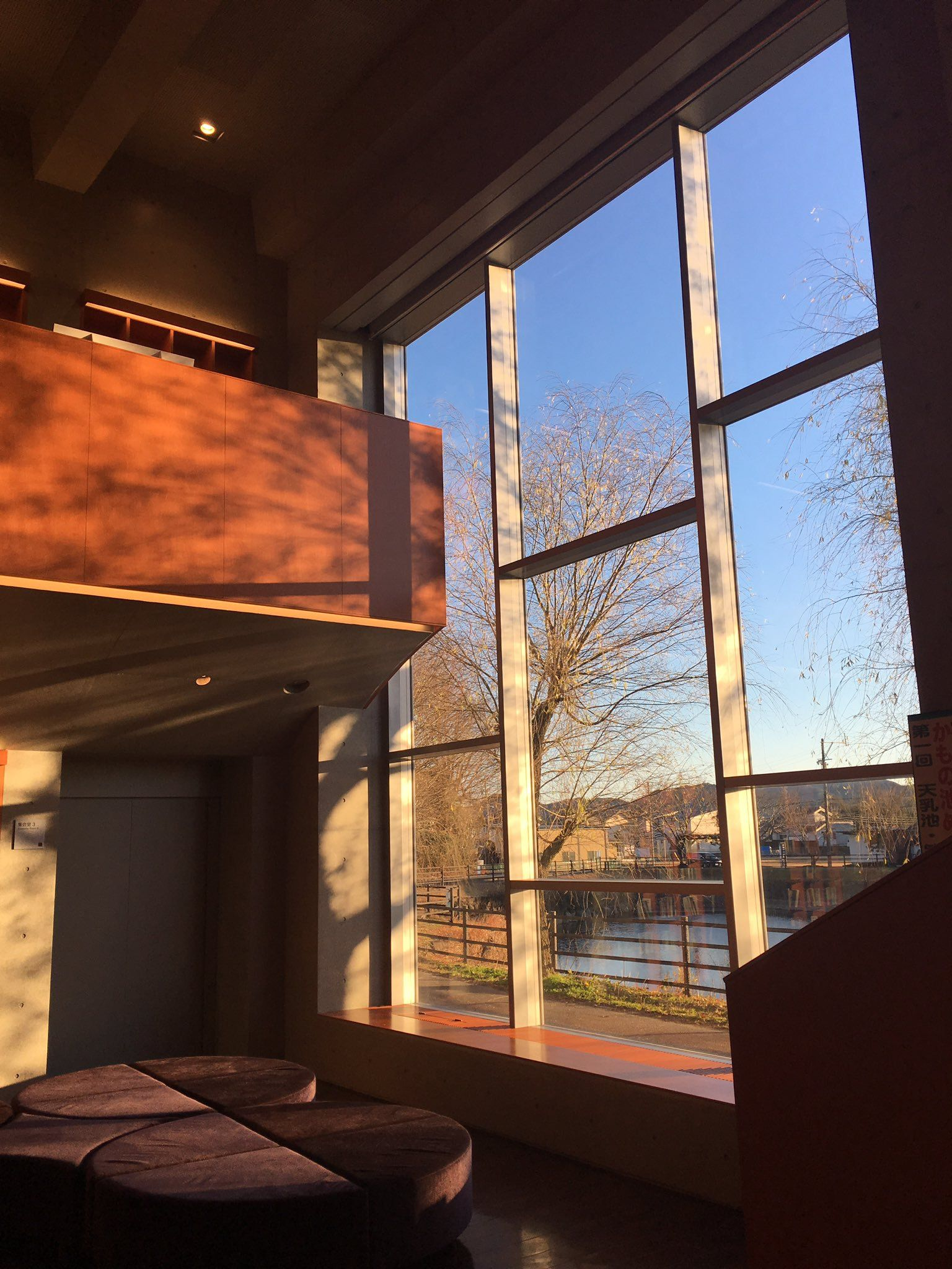 """""""RCフレームと木内装の取り合わせはエクセター図書館を彷彿させる。1,2Fとも天井と壁はRC打ち放し。1F天井は美しい曲面、2Fは骨太な梁。"""""""