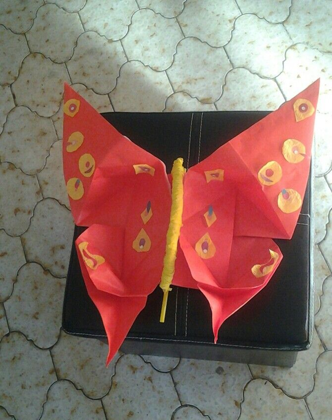 Origami. Mariposa de papel. 0, 50 de frente.