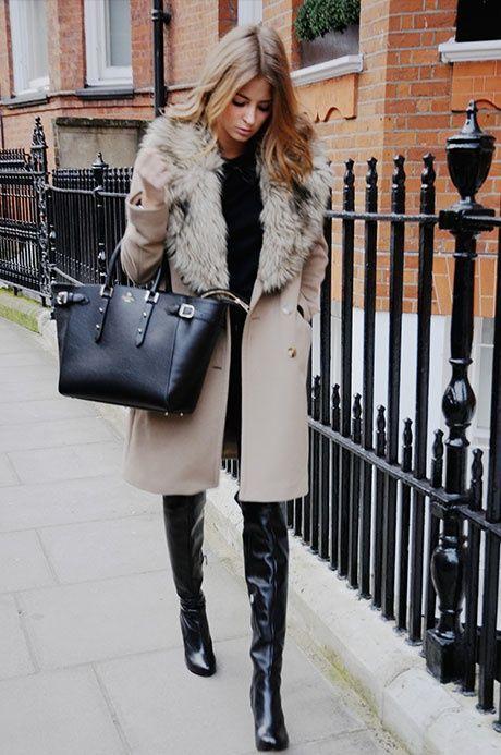 12950bc04019 hellbeige Mantel mit einem Pelzkragen, schwarzer Pullover mit einem  Rundhalsausschnitt, schwarze Overknee Stiefel aus Leder, schwarze Shopper  Tasche aus ...