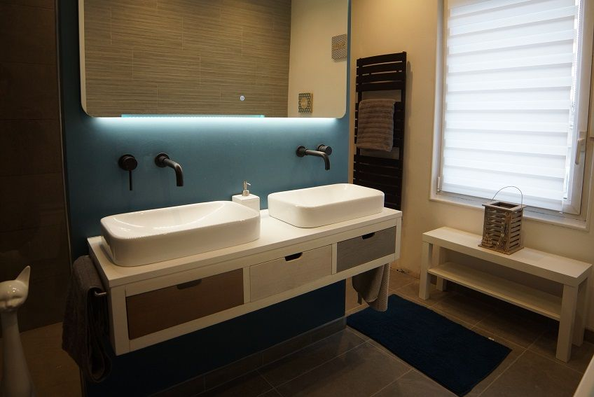 Salle de bain moderne avec meuble suspendu double vasques ...