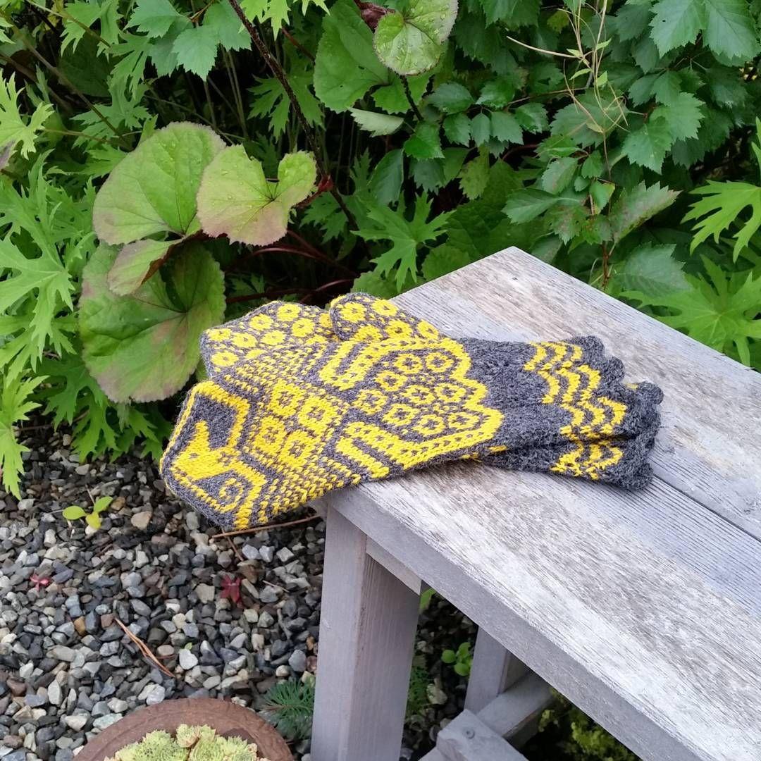 """""""#gullfuglen fra boka #eventyrvotter av #vottelauget #strikket i garnet  #raumafinull #strikking #stickning #knitting #madebyme #håndarbeid #handcraft…"""""""