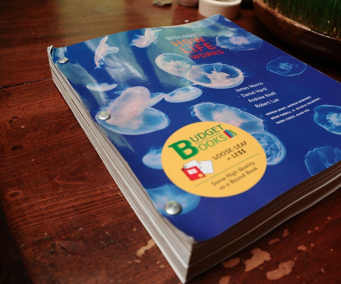 Binding a looseleaf text book leaf book textbook