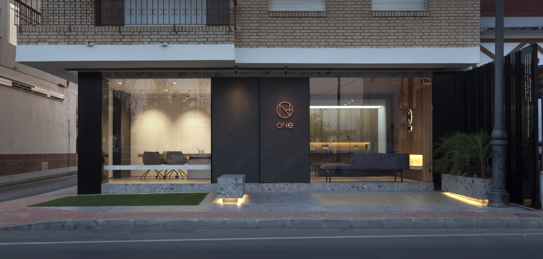 Proyecto: Remodelación de las oficinas del Grupo Empresarial ONE, realizado por @manuelgarciaaso . Fachada de las oficinas con porcelánico #Storm y pavimento #porcelánico #Iseo
