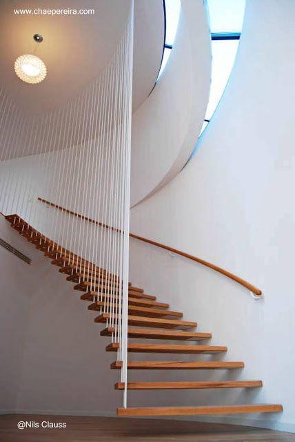 Escalera curva interior con escalones flotantes de madera