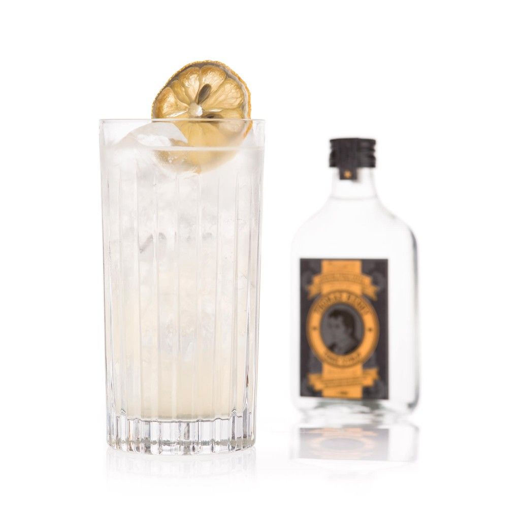 Tom »Tonic« Collins: 5 cl Gin, 3 cl Zitronensaft, 2 cl Thomas Henry Tonic Sirup, Thomas Henry Soda Water / Glas: Longdrink / Garnitur: getrocknete Zitronenscheibe
