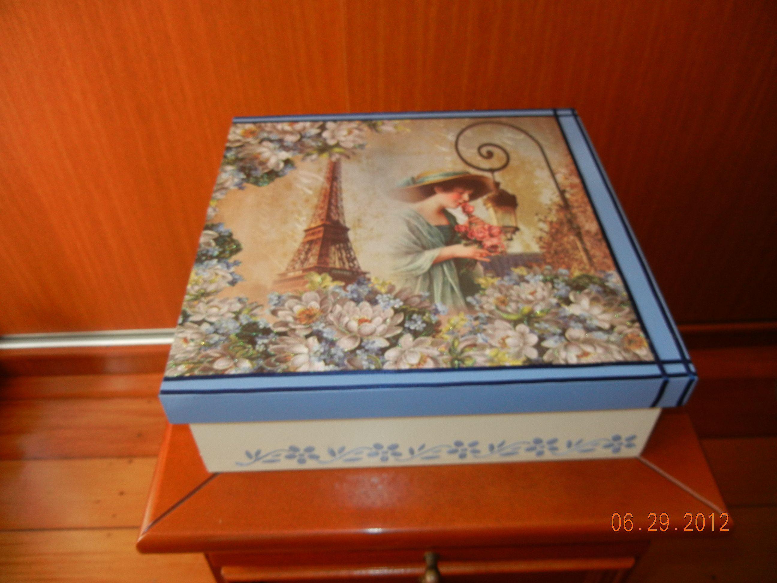 Caixa feita com papel scrap