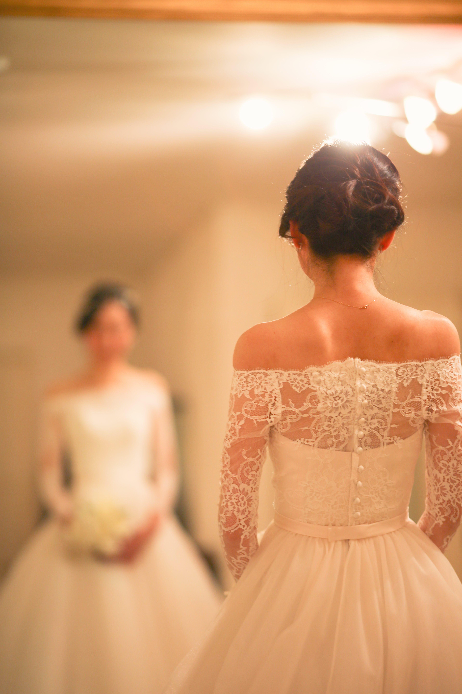 素敵な新婦様がお決めになった1着は、 オフショルダーのロングスリーブのウェディングドレス。 フレンチレース、オフショルダーのトップスと軽やかでナチュラルなシルクチュールのスカートは クラシカル&モダンなデザイン。 鎌倉三大洋館として名高い「古我邸」にぴたりとマッチいたします。