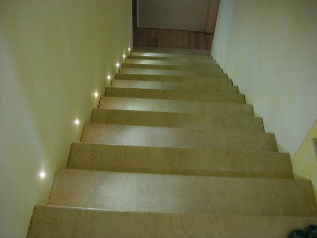 delle scale illuminate da faretti led a luce calda Scale
