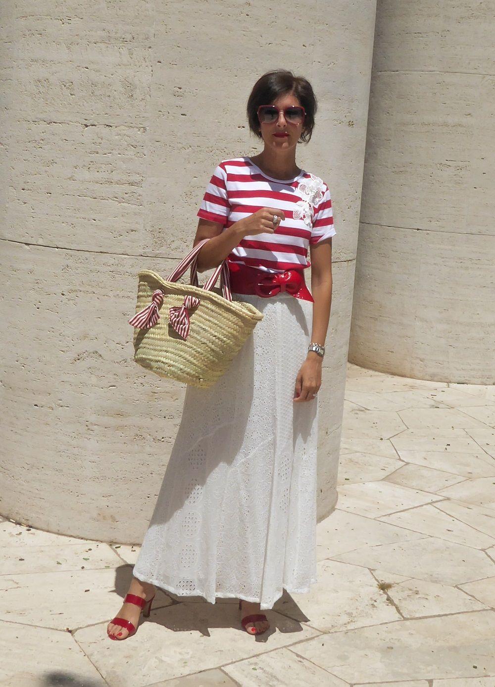 24c31b2183 Come indossare una borsa di paglia in un look da giorno bon ton chic ...