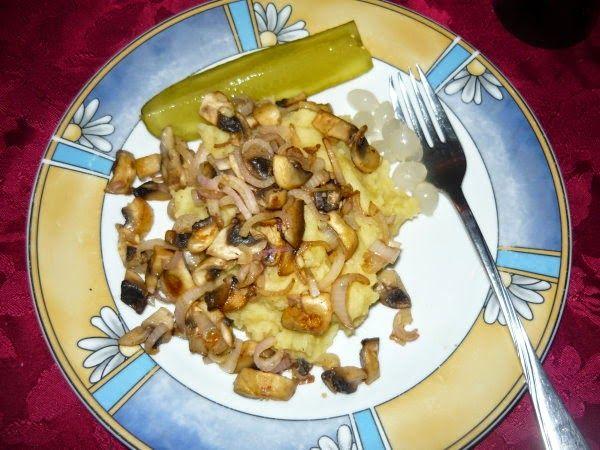 Jessi speiste deftig zu Abend - mit Röstzwiebeln und Kartoffelbrei. Genau mein Geschmack!  http://beveggie-goingvegan.blogspot.de/2015/01/vegan-wednesday-123.html