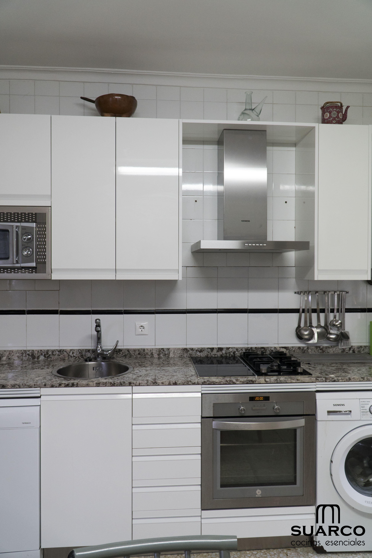 Cocina Blanca Con Encimera De Granito Sensa Cocinas Suarco Encimeras De Cocina Encimeras De Granito Diseno De Gabinete De Cocina