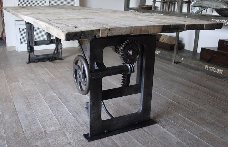 Industriële tafel met oude gietijzeren onderstel dt