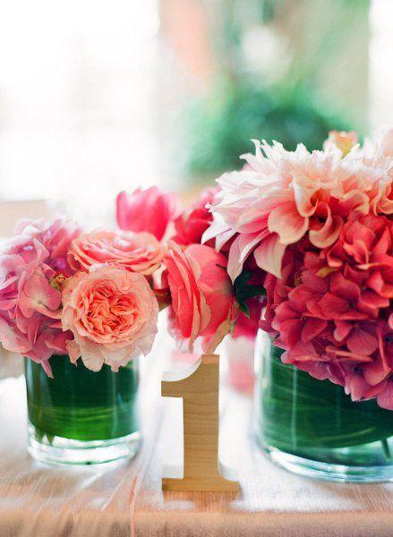 Centro de mesa de peonias, rosas y hortensias