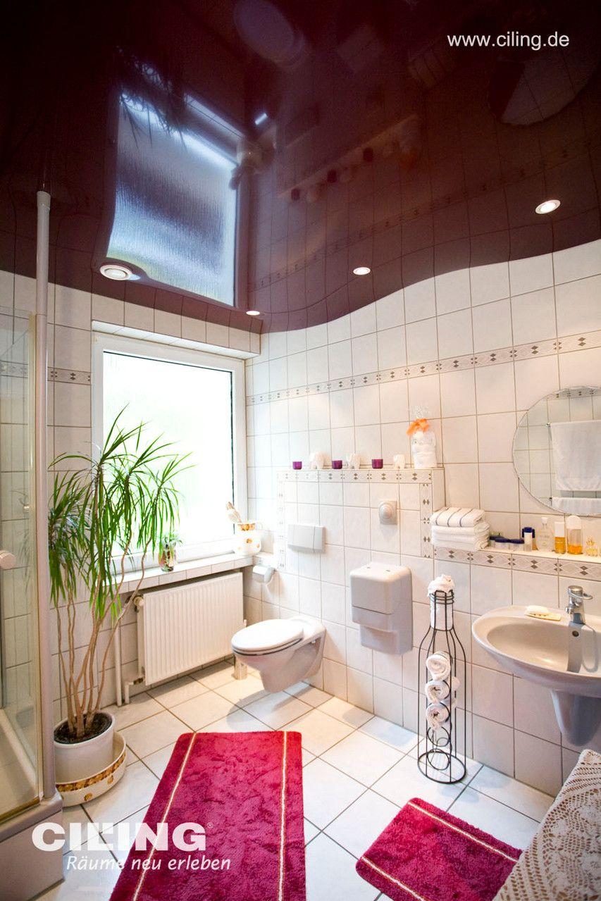 Ein Bad Mit Spanndecke Von Ciling In Weinrot Und Einbaustrahlern Spanndecken Einbaustrahler Decke