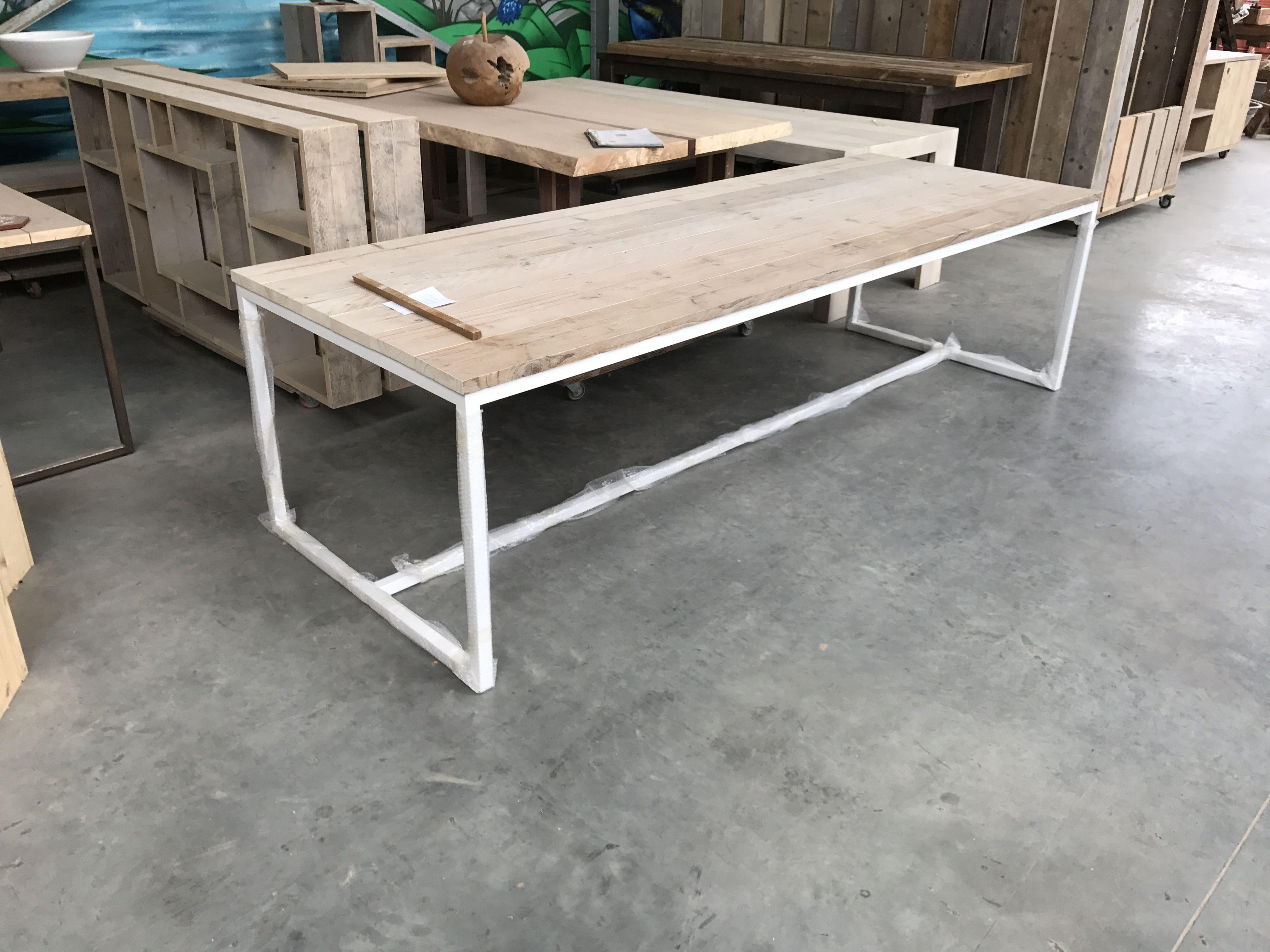 Metalen Onderstel Tafel : Tafel somet in gebruikt steigerhout met metalen onderstel wit