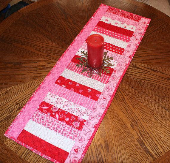 Valentines Day Table Runner Quilt Surrounded por QuiltSewPieceful
